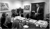 obama eating pizza with interns